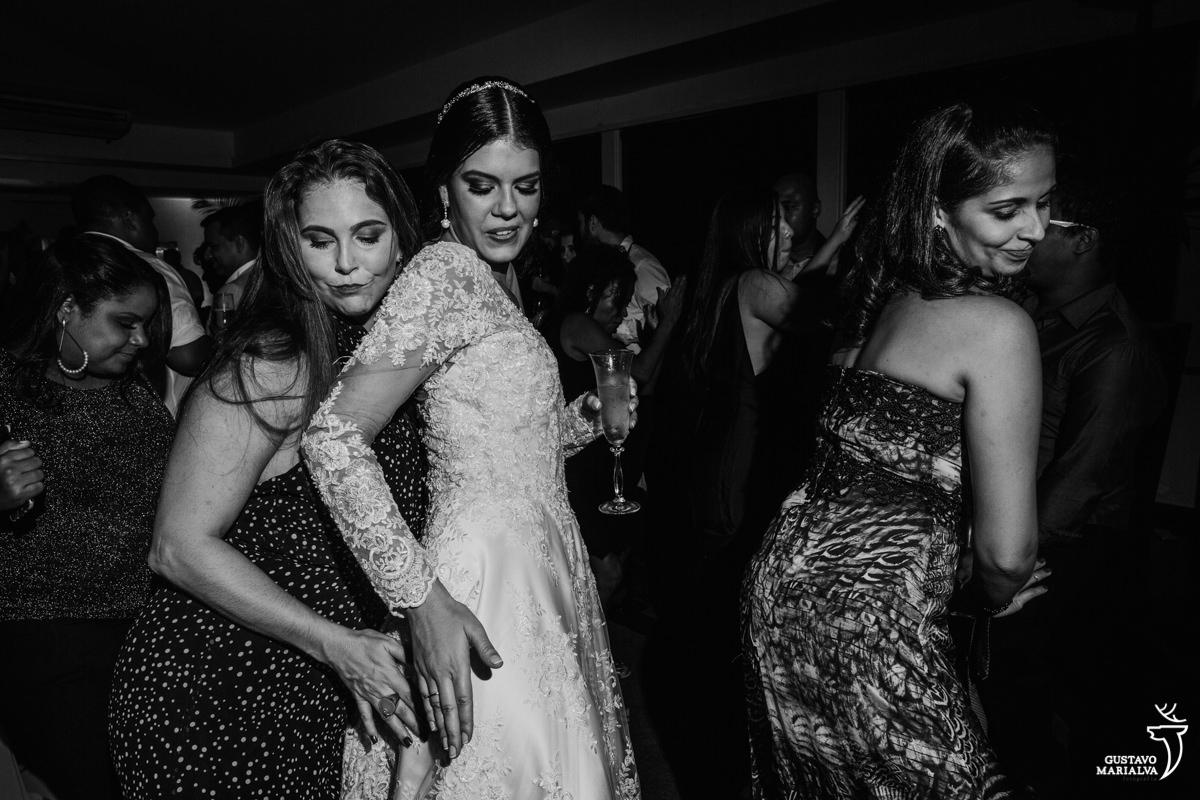 noiva e amigas dançando funk
