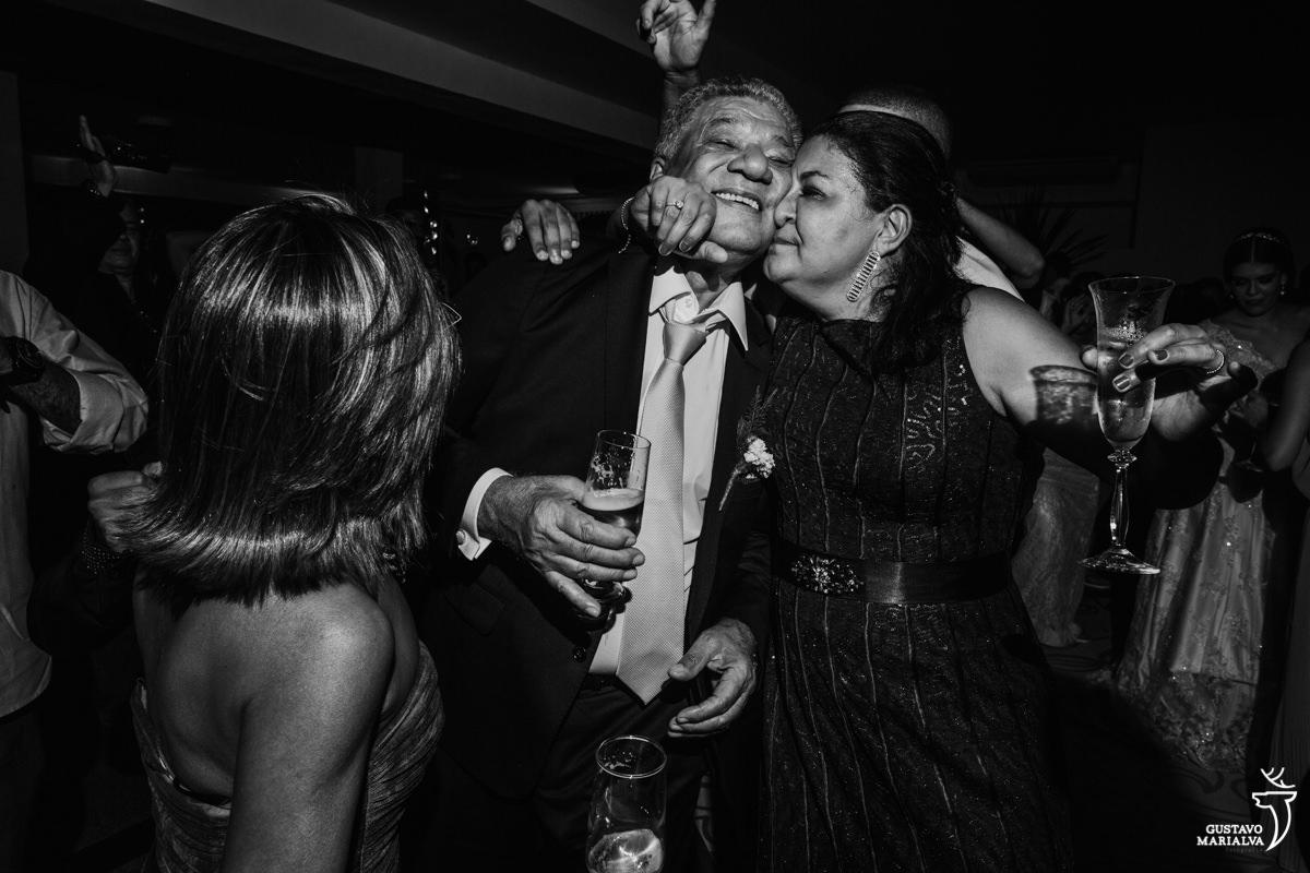convidada abraçando o pai da noiva