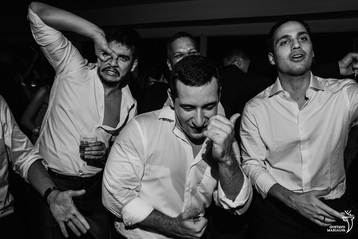 noivo fazendo careta e amigos dançando