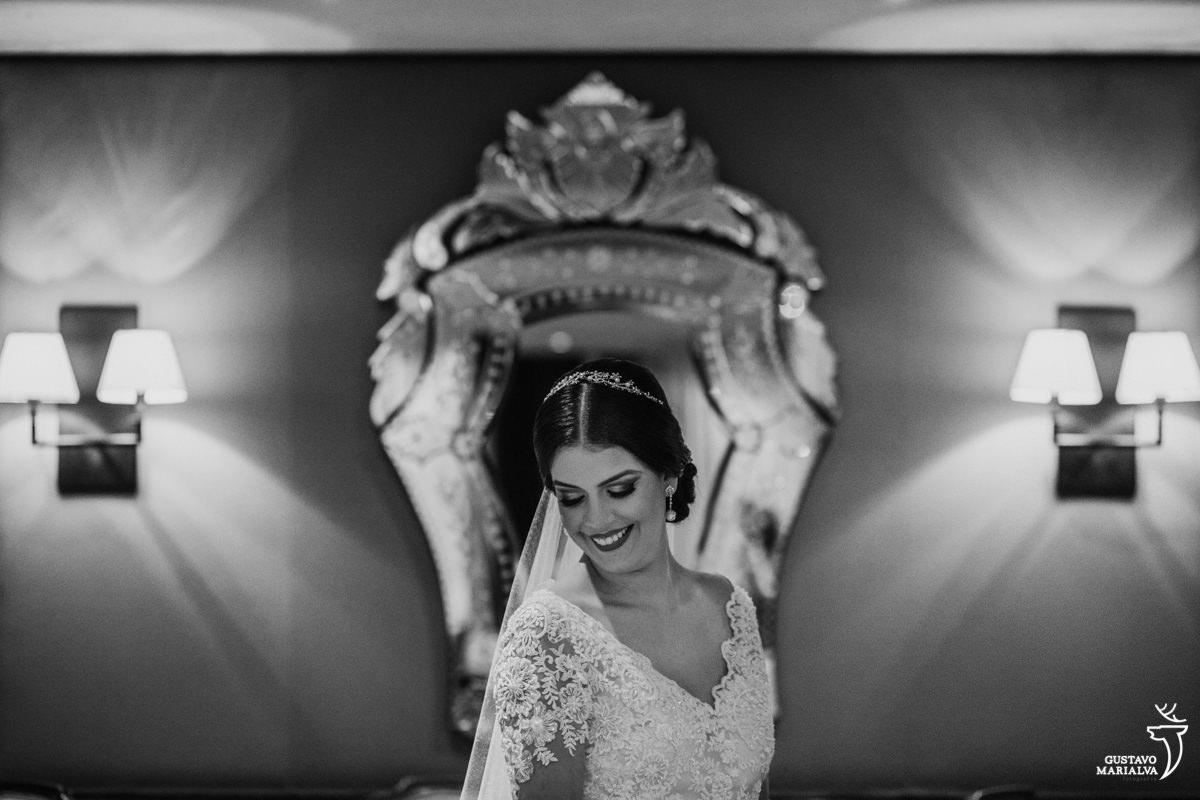 noiva posando para retrato com espelho de fundo no restaurante do hotel hilton