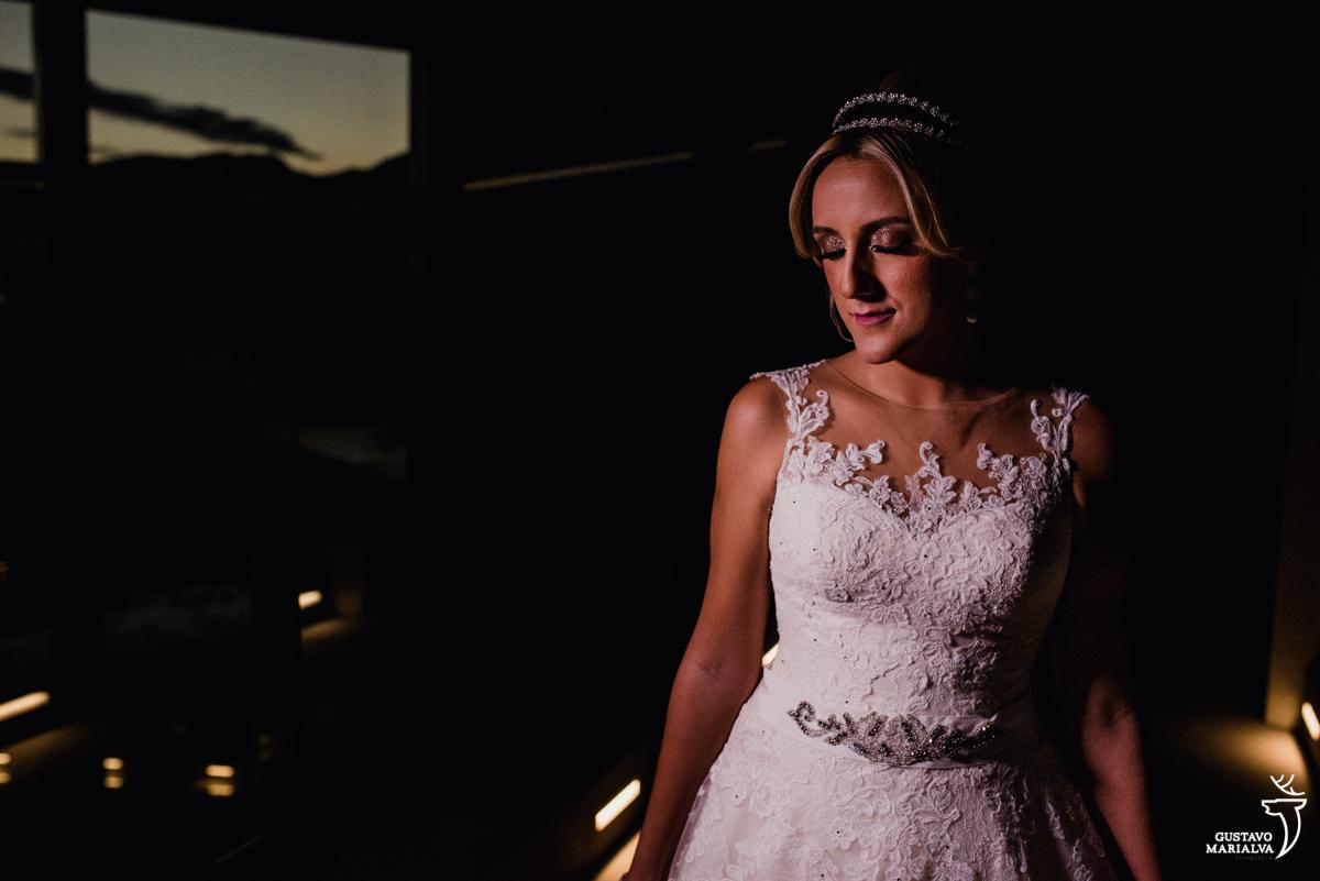 noiva posando para retrato de olhos fechados durante o making of do casamento no hotel hilton no rio de janeiro