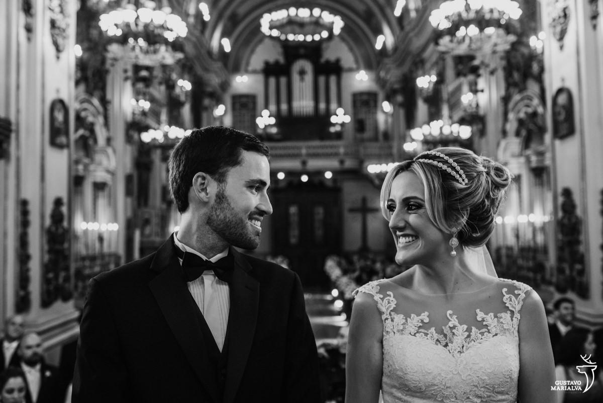 noivos trocam olhares e sorriem durante a cerimônia de casamento no rio de janeiro