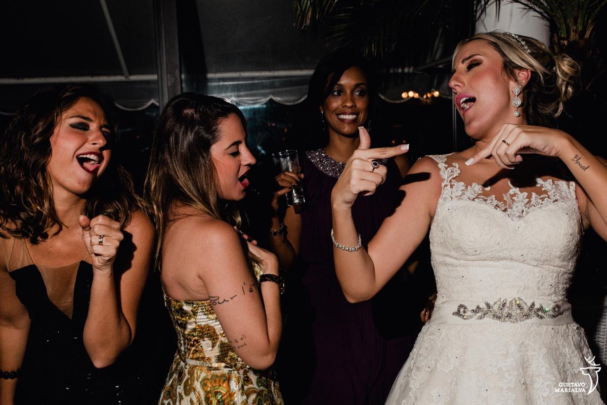 noiva dança e aponta para si enquanto as amigas dançando junto com ela