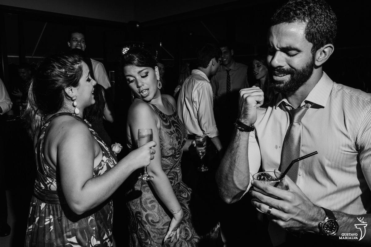 amigas dançam coladinhas enquanto convidado dança sertanejo e faz cara de sofrência