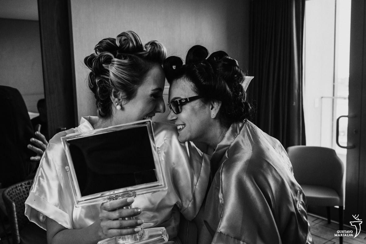noiva e mãe colando testa no making of do casamento no hotel hilton no rio de janeiro