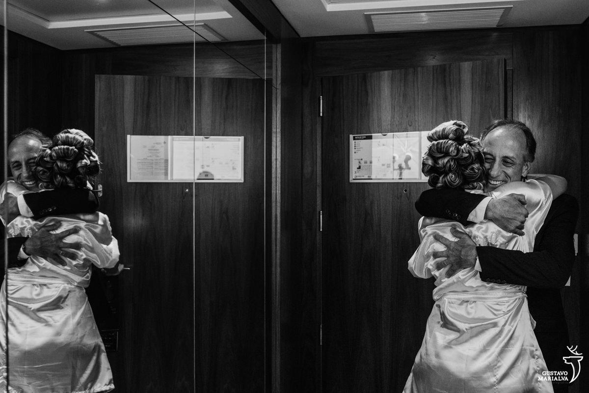 noiva abraçando o pai sorridente no making of do casamento no hotel hilton no rio de janeiro