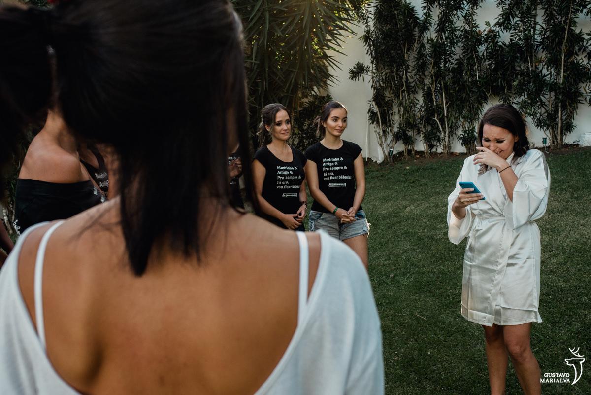 noivo muito emocionada ao ler discurso para as madrinhas na Serana Boutique Resort em Búzios
