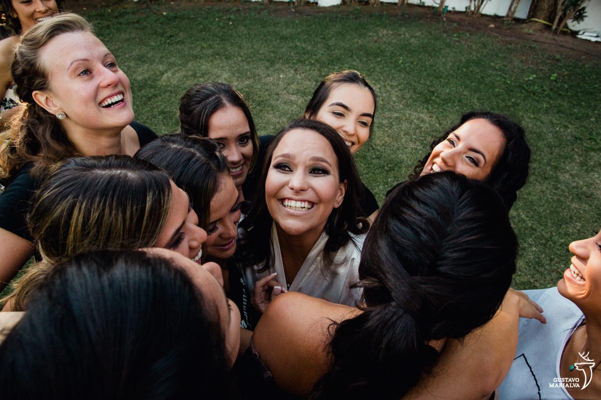 madrinhas abraçam a noiva chorando na Serana Boutique Resort em Búzios