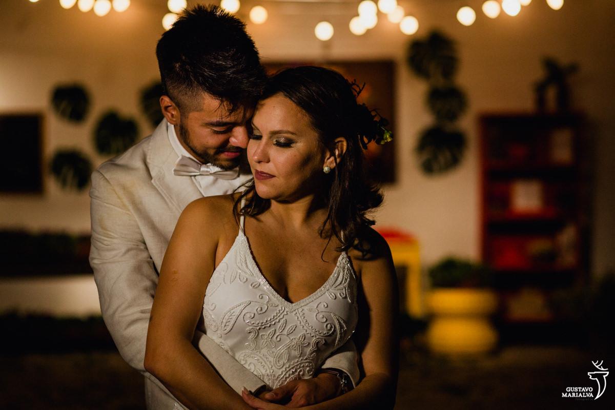 noivos namoram abraçados de olhos fechados no Uniq Beach Lounge em Búzios