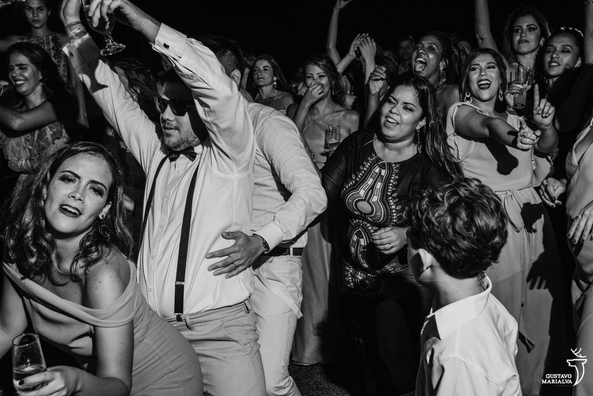 madrinha dança funk enquanto amigo agarra o outro por trás e convidadas dançam felizes ao fundo