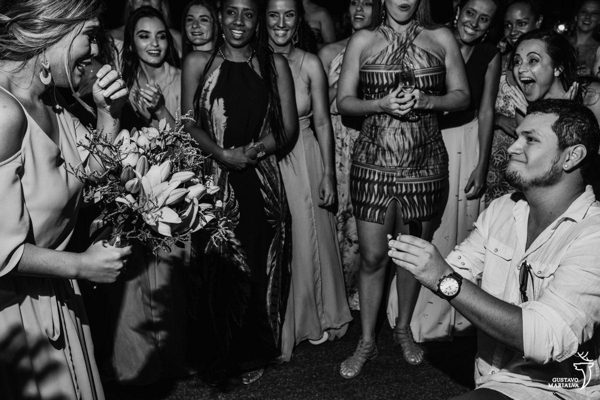 convidado pede madrinha em casamento durante a festa enquanto os outros convidados se emocionam