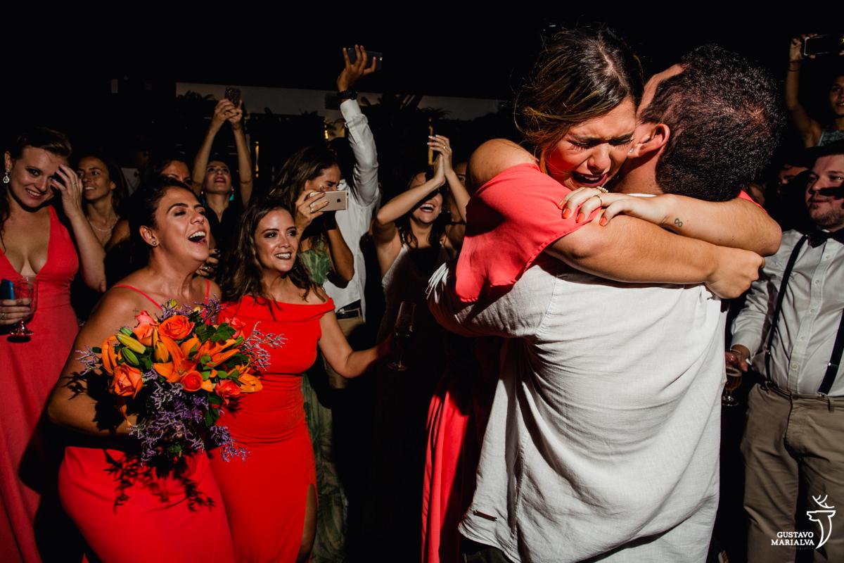 madrinha abraça o namorado enquanto convidadas choram no fundo no Uniq Beach Lounge em Búzios