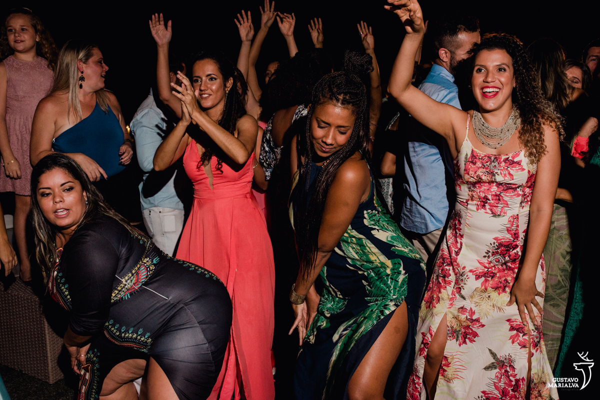 Convidadas dançam funk rebolando e jogando a mão para o alto