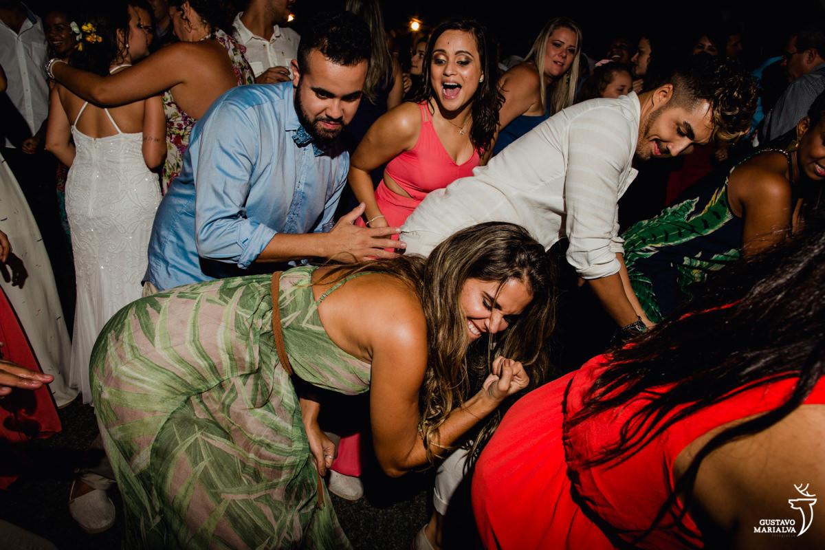 amigos dançam funk rebolando até o chão