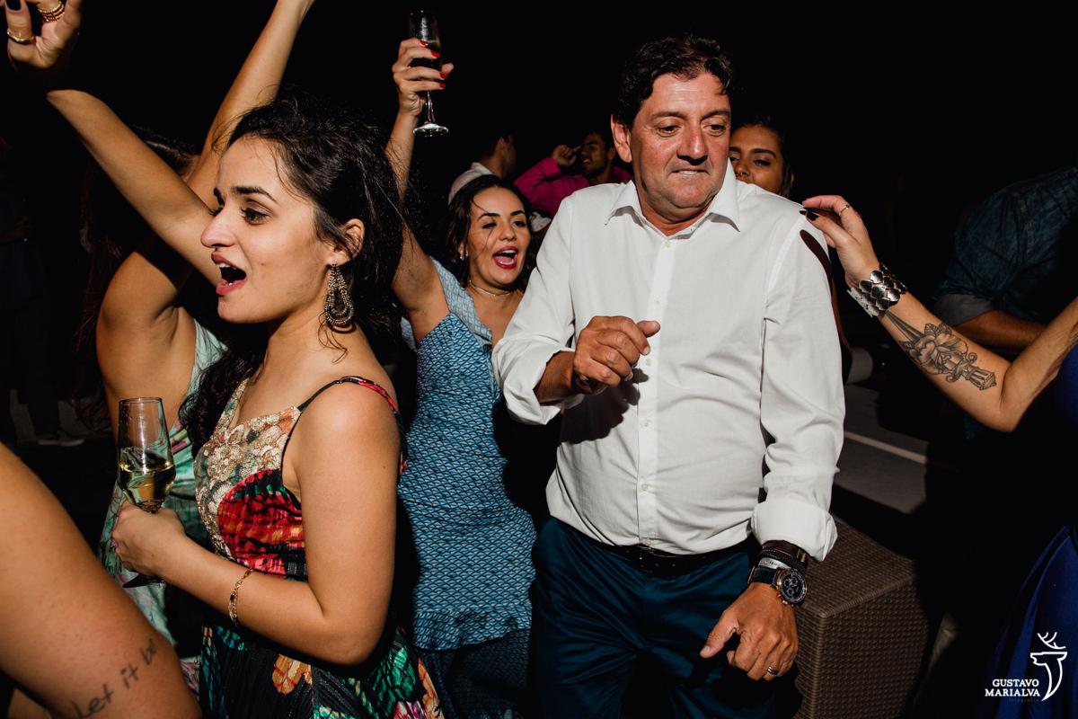 convidado dança engraçado enquanto amigas rebolam em sua volta