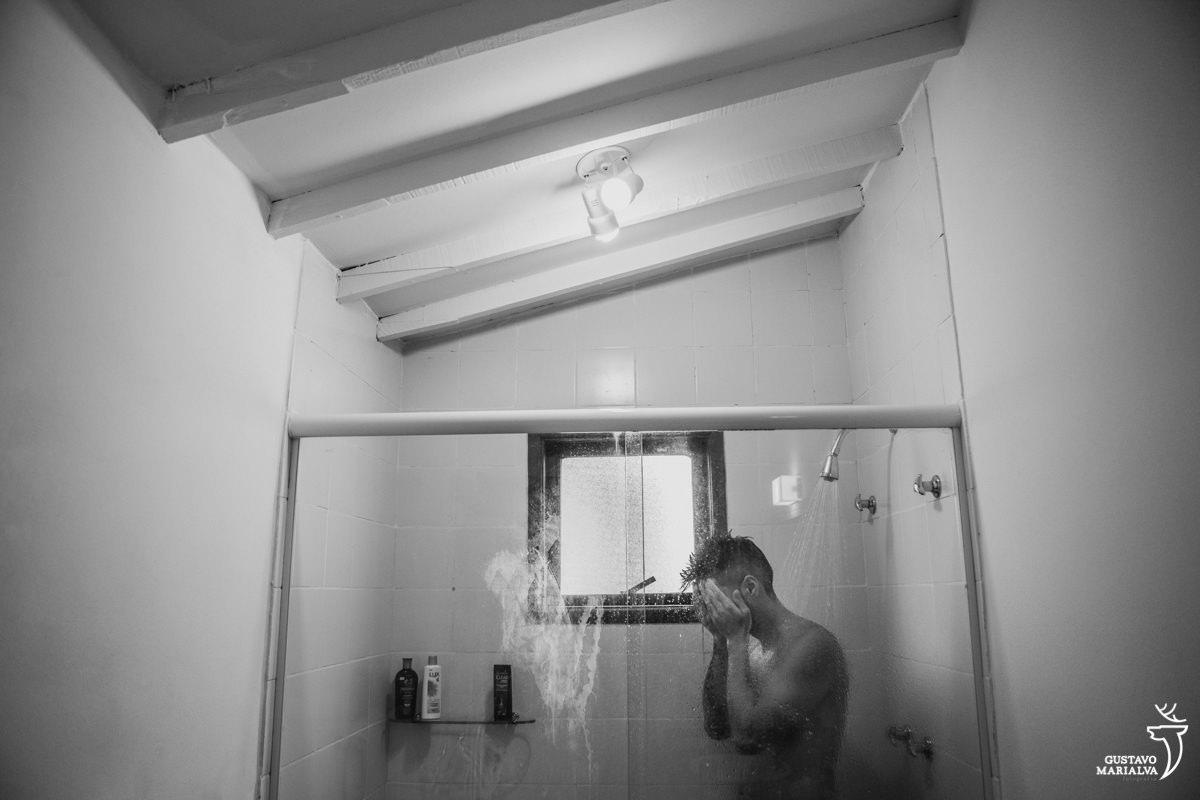 noivo tomando banho antes de se arrumar para o casamento no Uniq Beach Lounge em Búzios