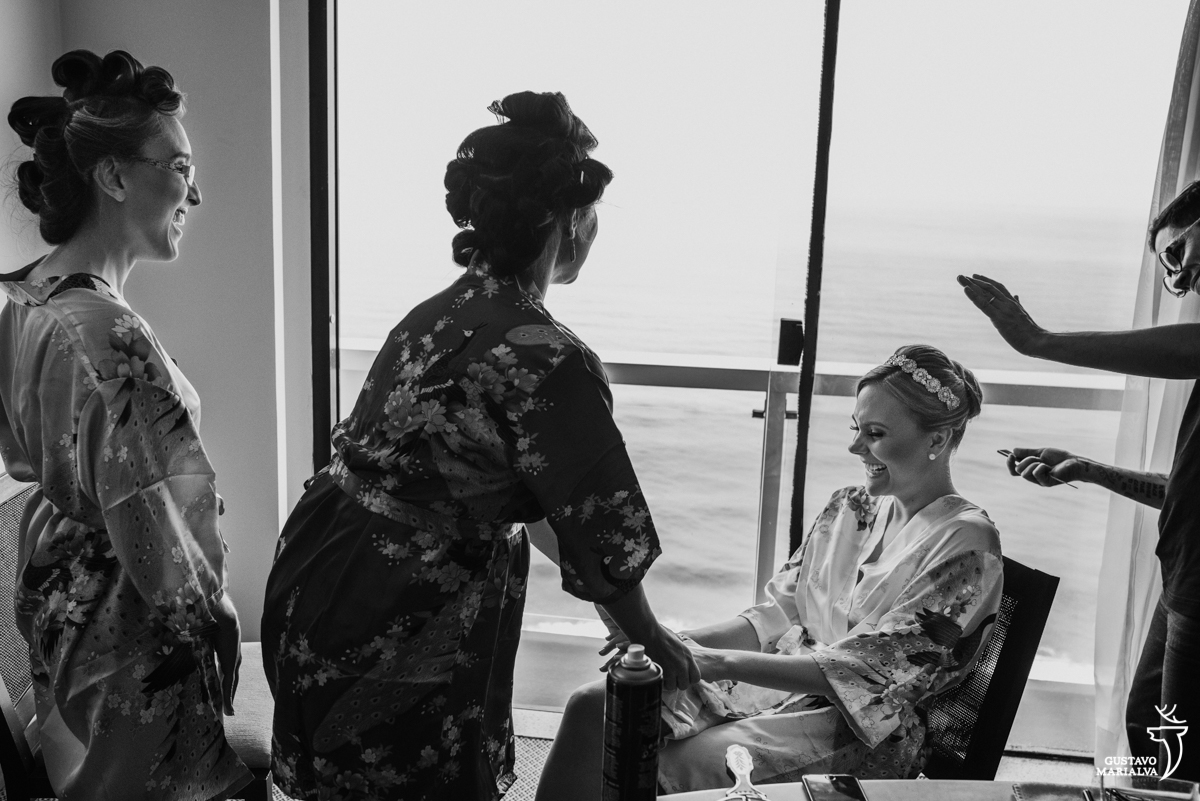 noiva sendo maquiada or eduardo jonata enquanto é observada pelas madrinhas no making do casamento no hotel rio othon palace