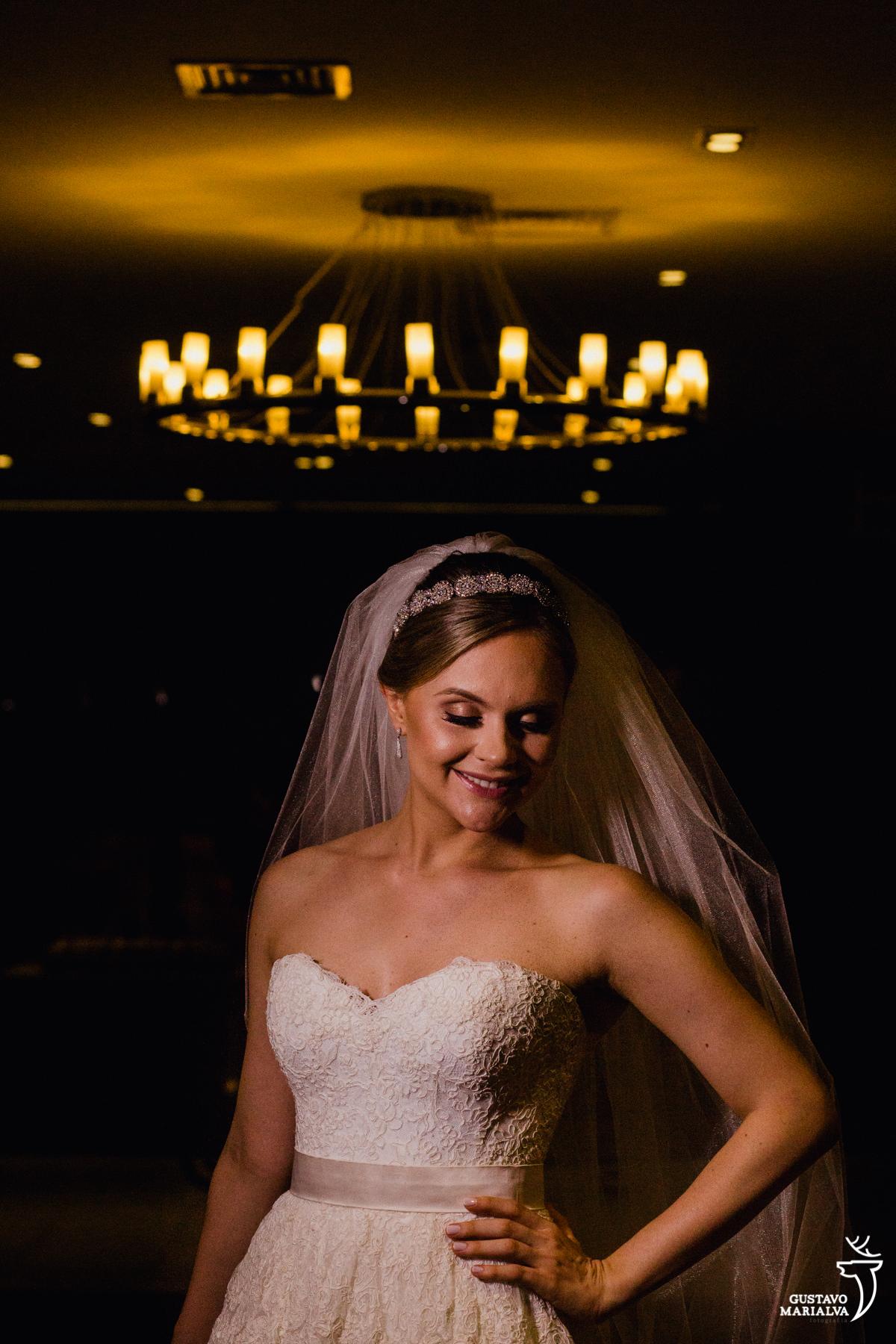 noiva posando para retratos no making do casamento no hotel rio othon palace com vestido do ateli%e marie lafayette