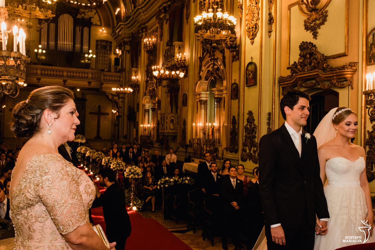 noivos observam emocionados cerimônia do padre enquanto os pais se emocionam cerimônia de casamento na igreja são josé