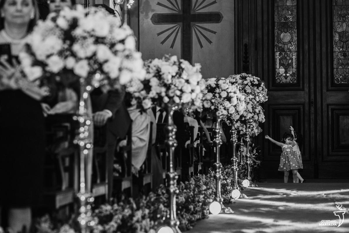 criança dança ballet durante a cerimônia de casamento na igreja são josé