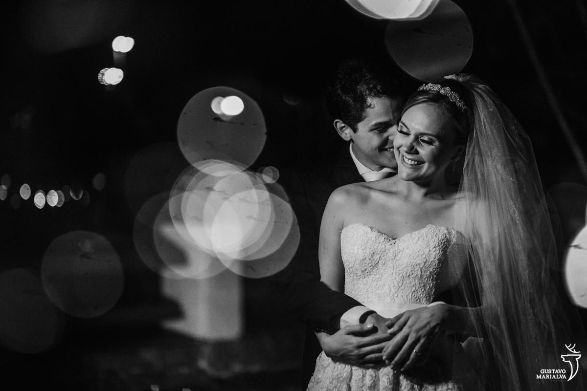 noivos posam para retrato abraçados e sorrindo