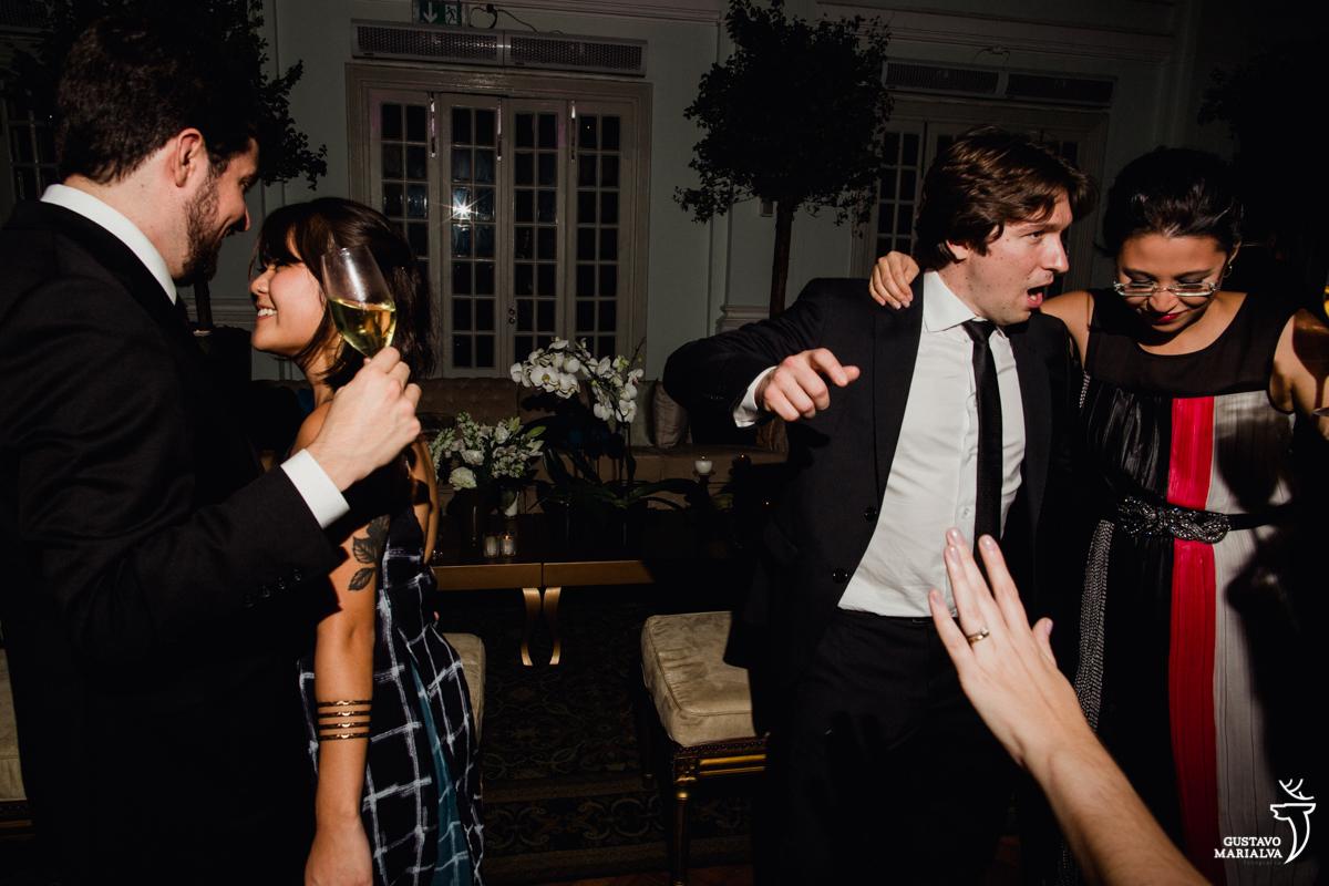 casal rebola até o chão enquanto outro casal dança abraçado na festa de casamento na mansão botafogo