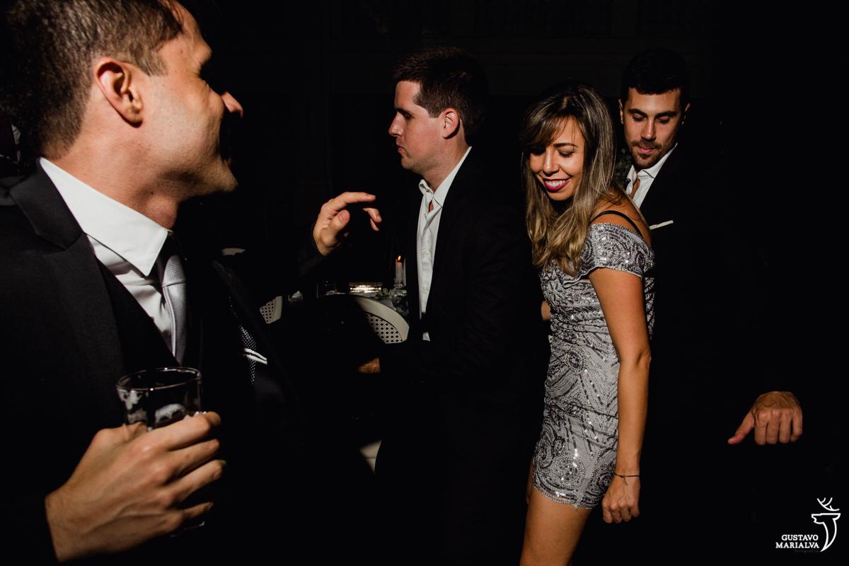 convidados dançam animados na festa de casamento na mansão botafogo