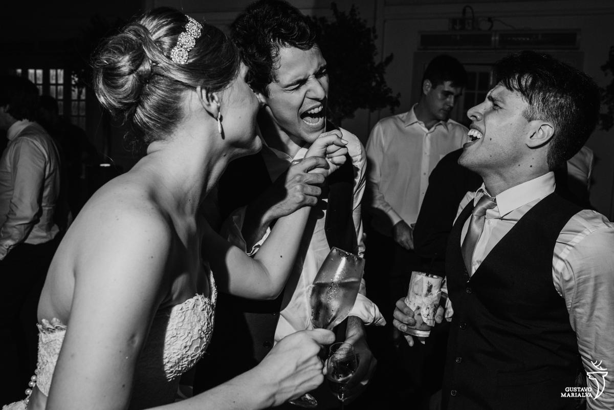 noivo canta animado acompanhado na noiva e de amigo na festa de casamento na mansão botafogo
