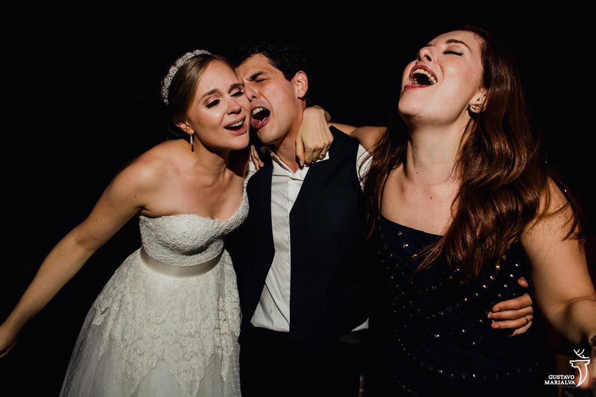 noivo canta emocionado abraçado a noiva e madrinha na festa de casamento na mansão botafogo