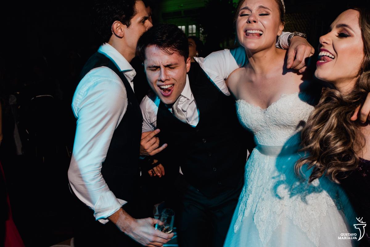 convidado abraça a noiva e canta empolgado na festa de casamento na mansão botafogo