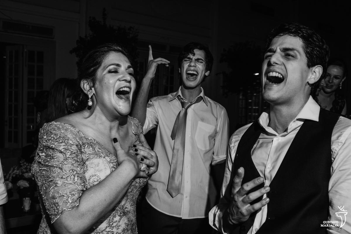 noivo dança com a mãe e primo cantando emocionados festa de casamento na mansão botafogo