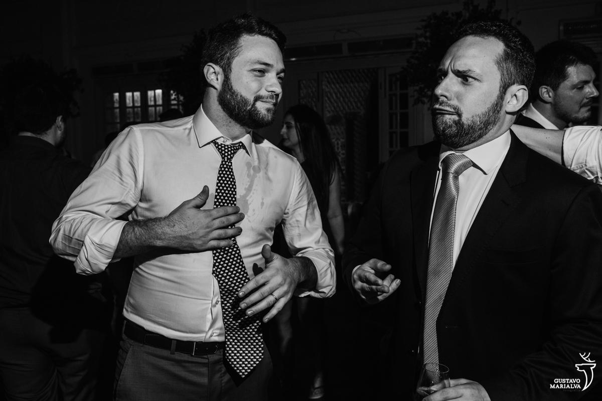 convidado faz careta enquanto outro ri na festa de casamento na mansão botafogo
