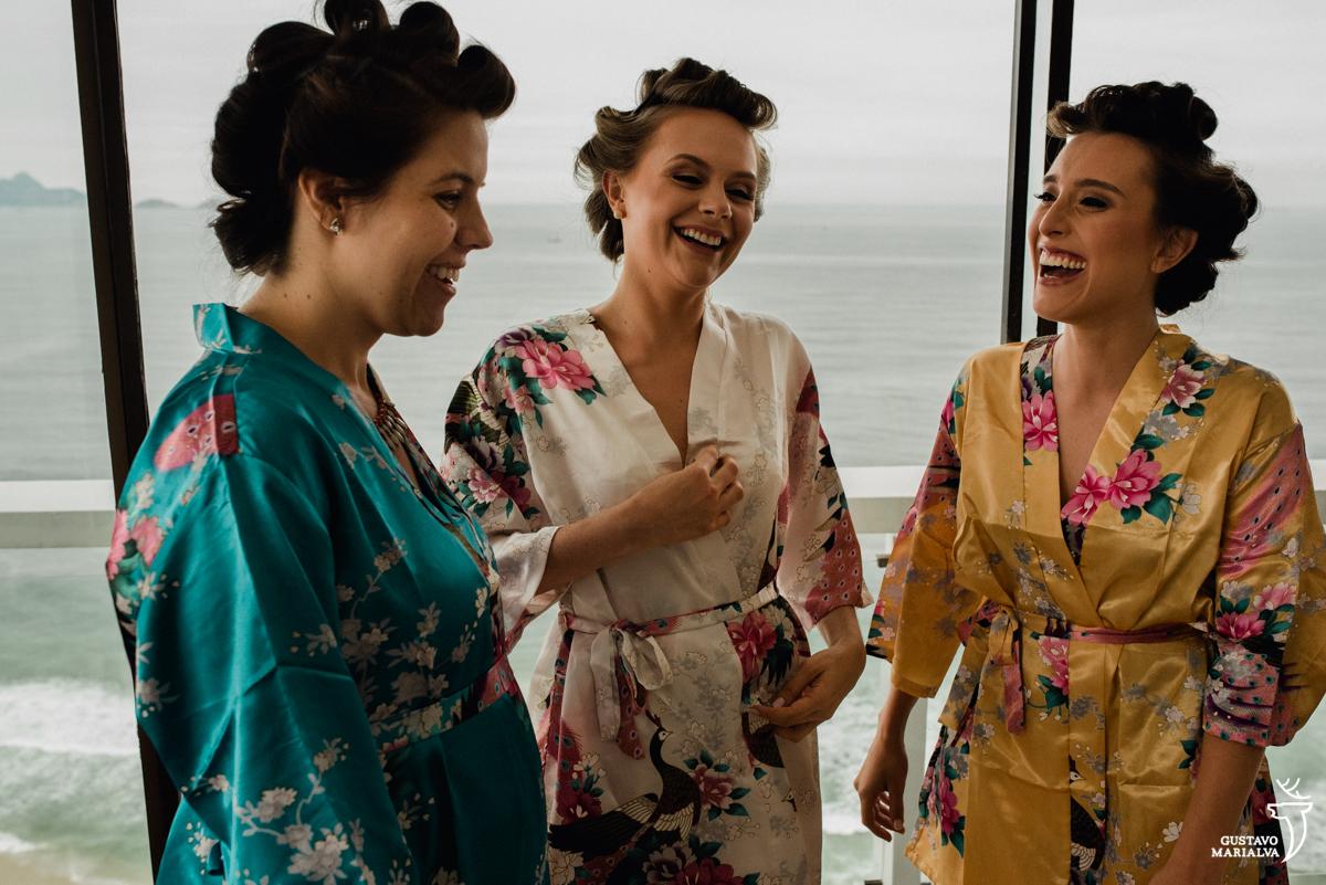 noiva conversando e sorrindo com as madrinhas no making do casamento no hotel rio othon palace