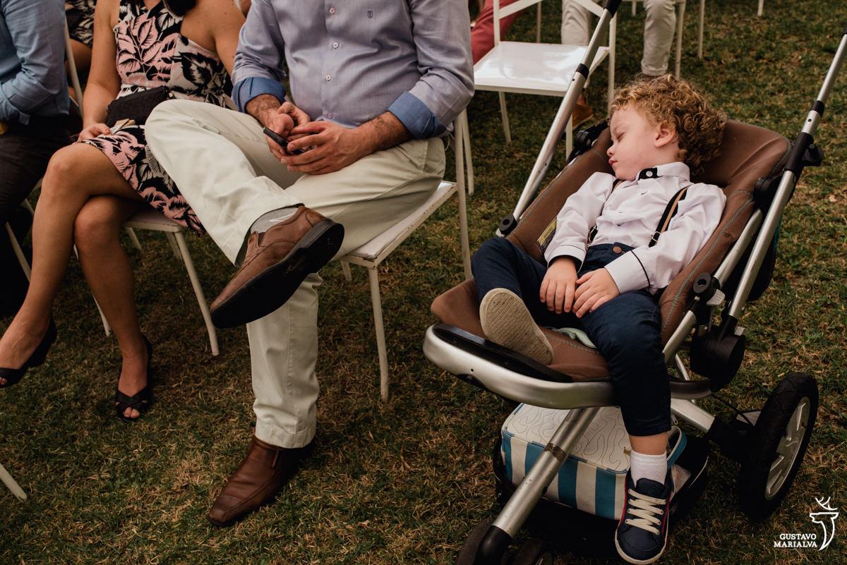 menino dorme no carrinho durante a cerimônia de casamento