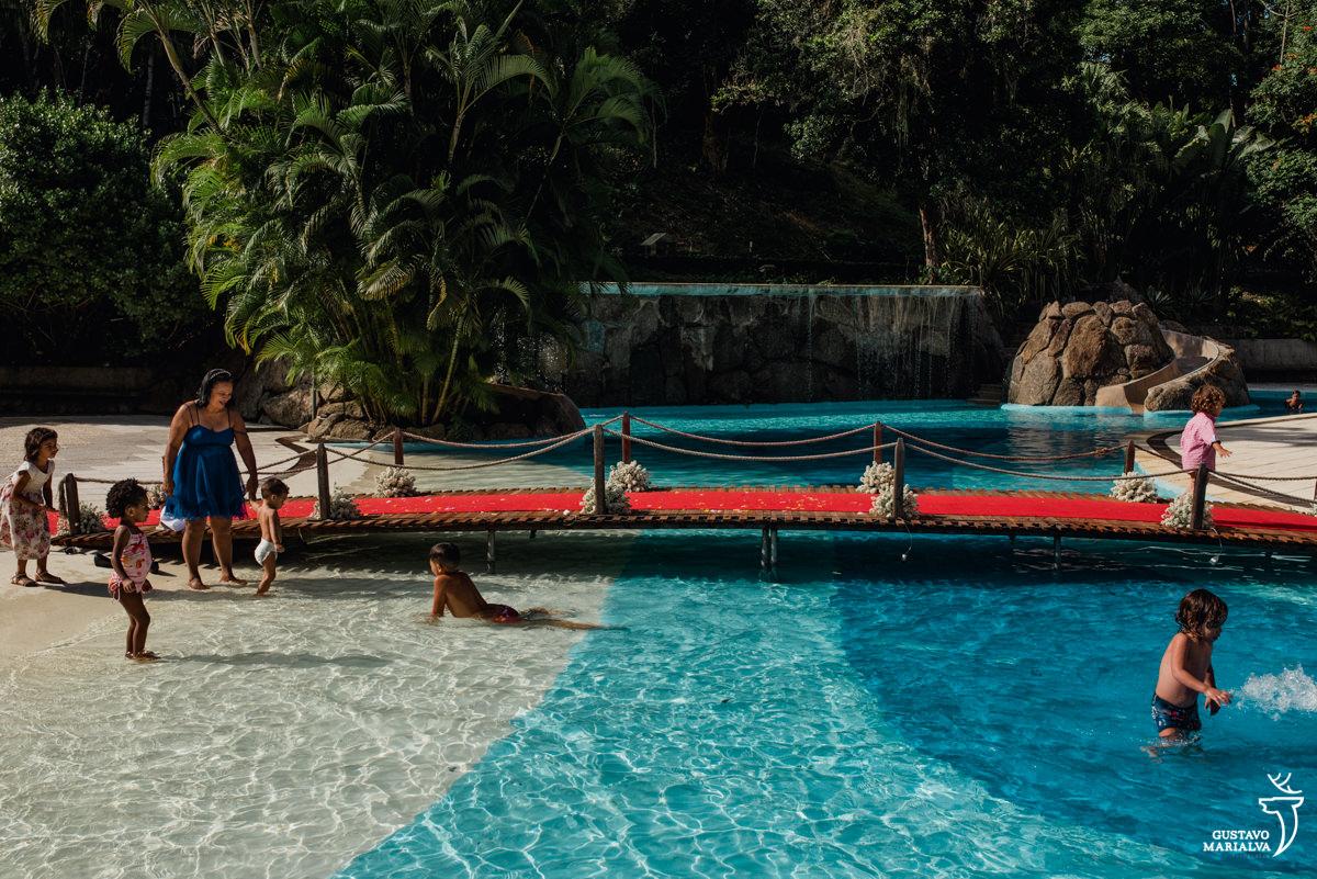 crianças brincam na piscina