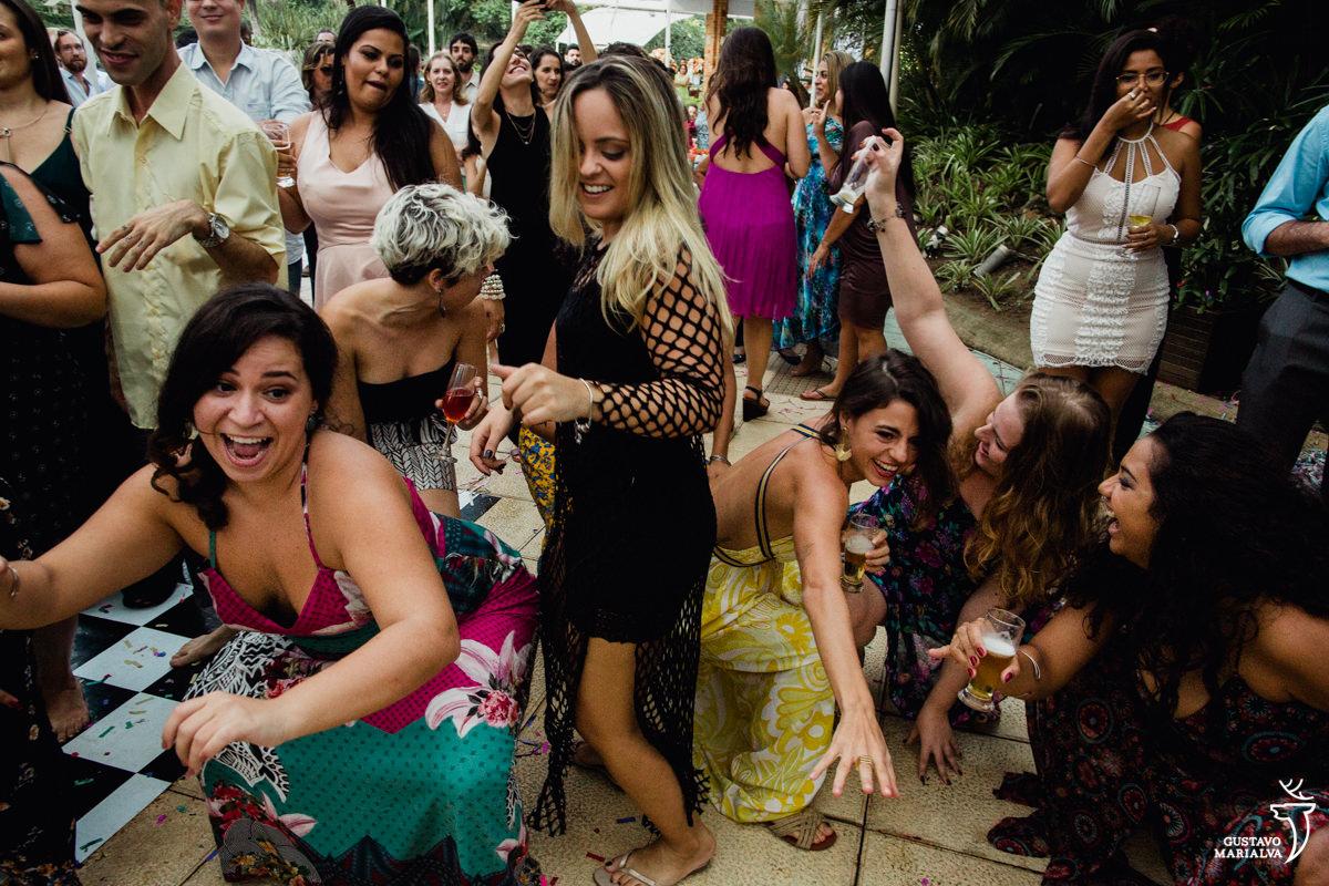 amigas dançam abaixadas no chão