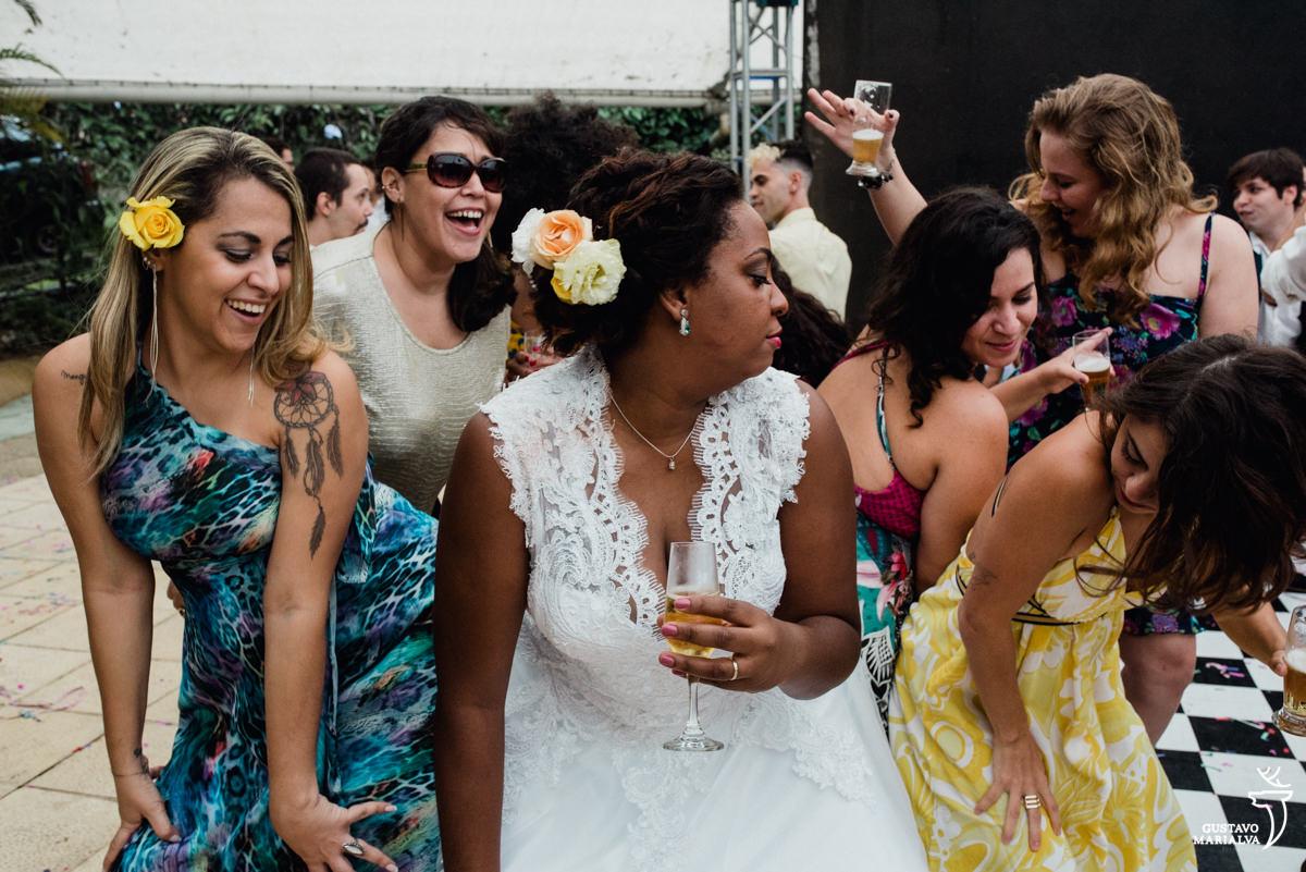 noiva dança funk com as amigas segurando espumante