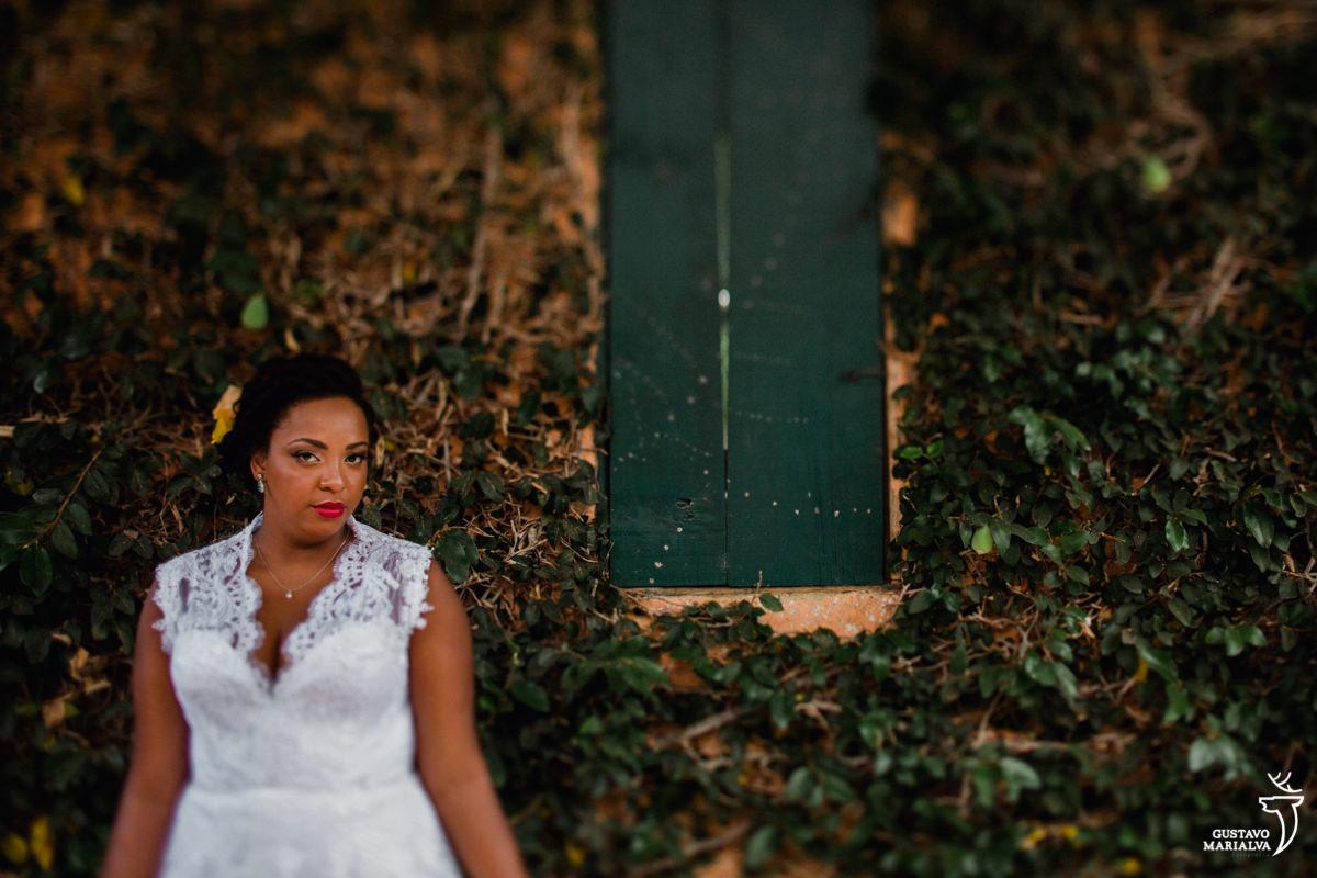 noiva posa para retrato no making of do casamento no bosque da fazenda