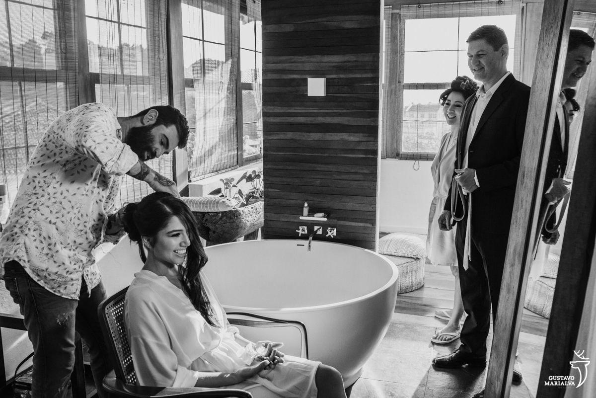 noiva arruma o cabelo observada pelos pais durante o making of do casamento no hotel santa teresa
