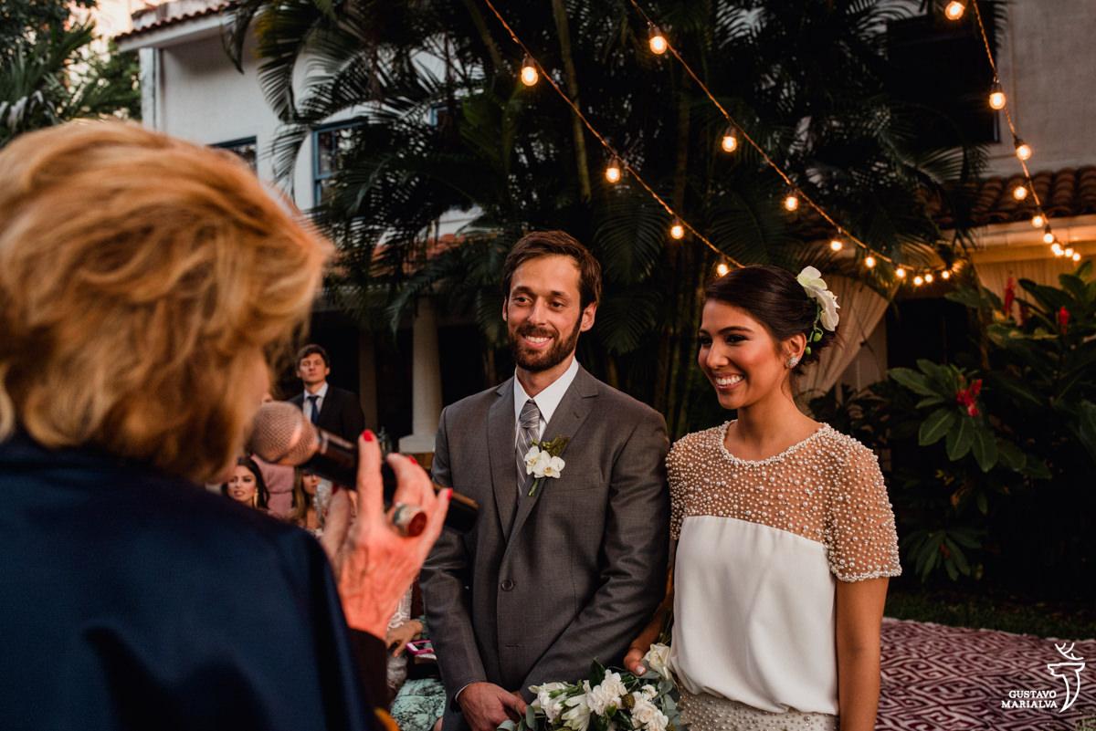 noivos sorriem com a cerimônia de casamento celebrada pela juíza maria vitória no hotel santa teresa