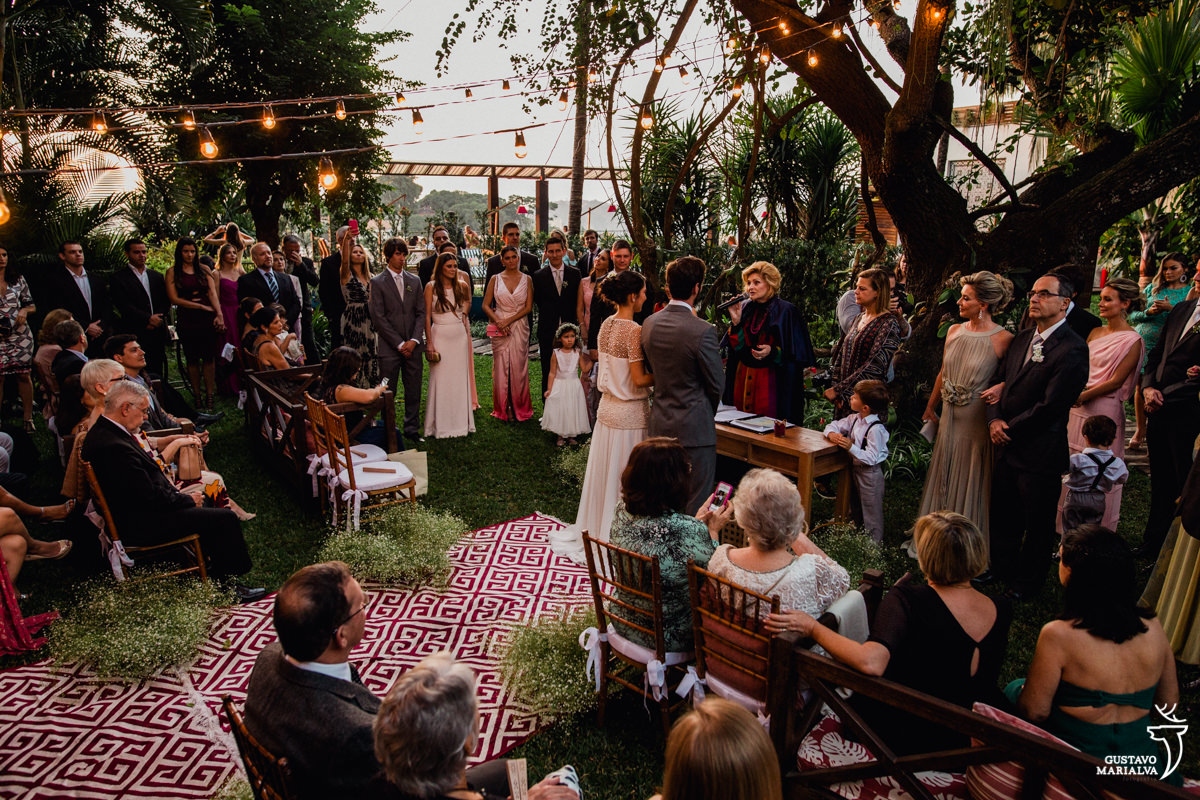 convidados observam a cerimônia de casamento no hotel santa teresa