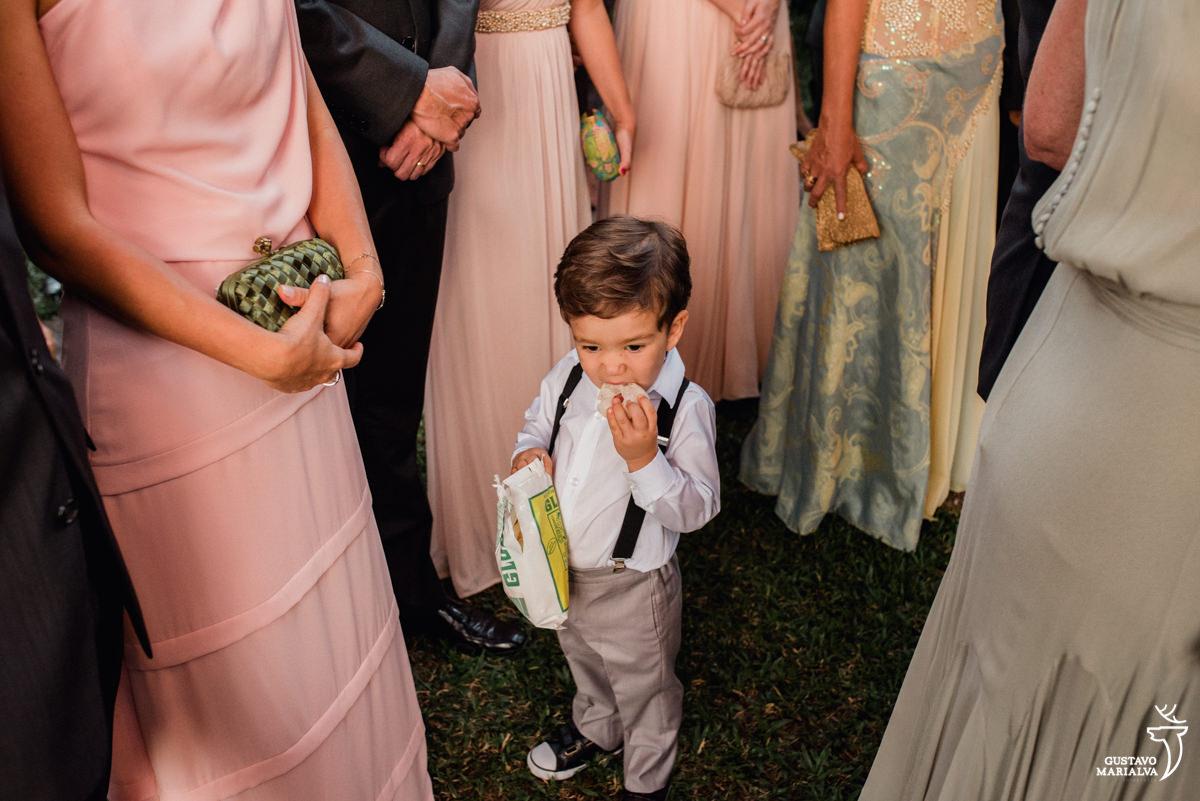 pajem come biscoito globo durante a cerimônia de casamento no hotel santa teresa