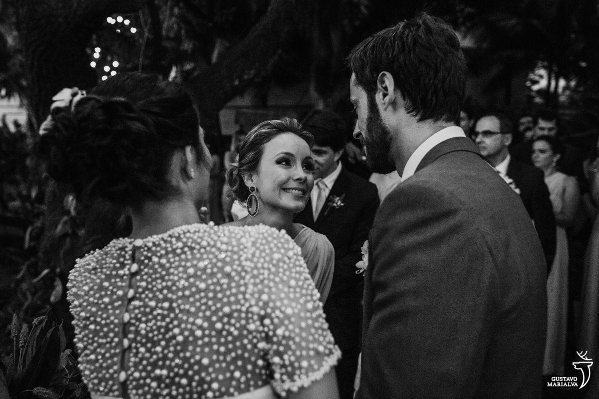 irmã do noivo olha emocionada para ele