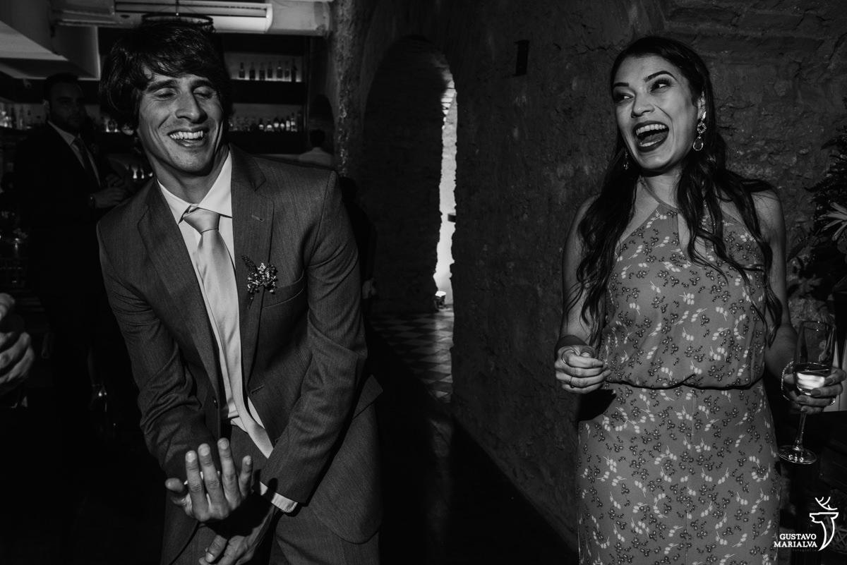 convidados dançam sorrindo com copo na mão