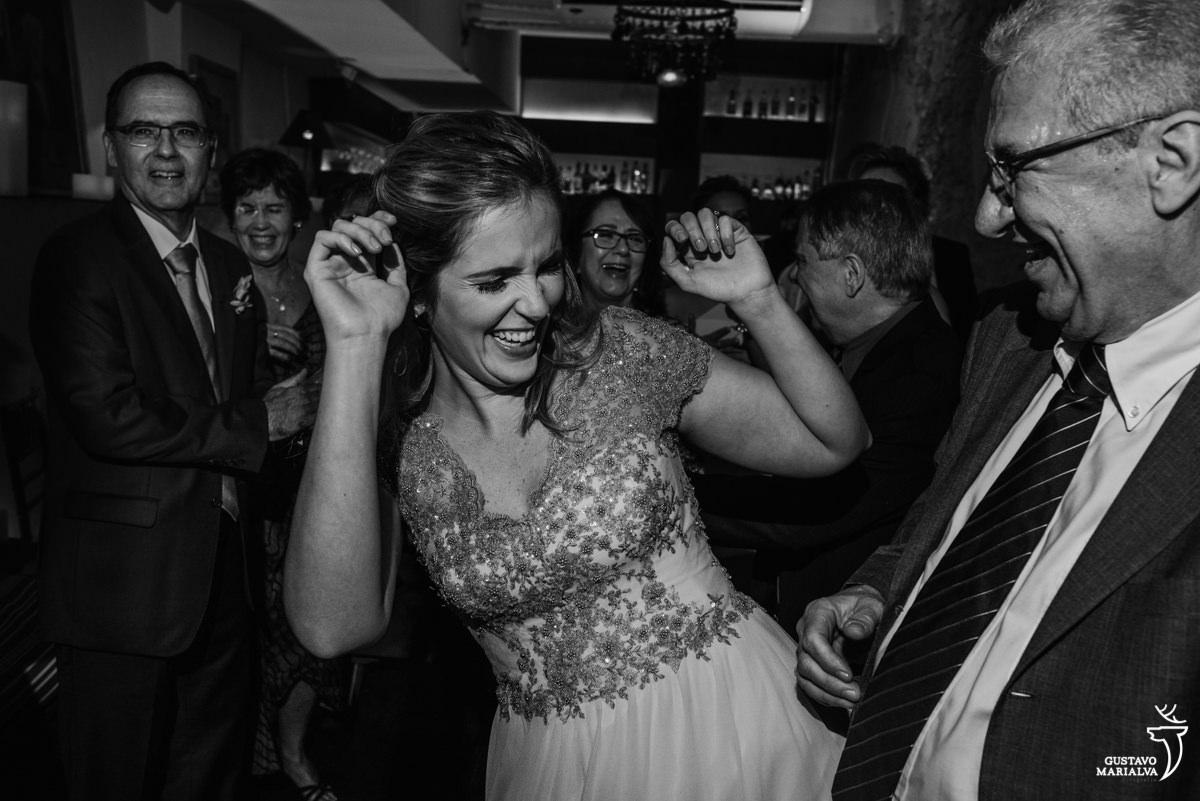 madrinha dança sorridente sendo observada por convidados