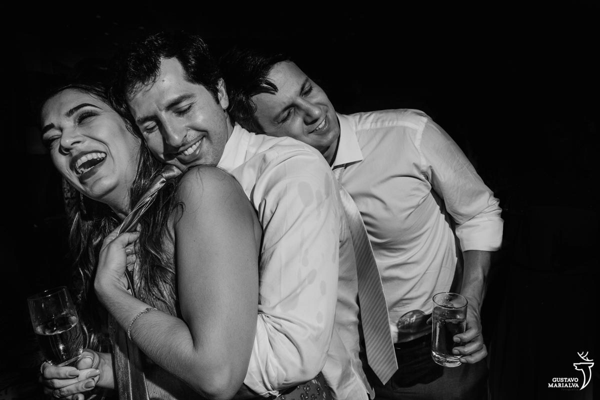 amigos dançam abraçados com copo na mão no hotel santa teresa