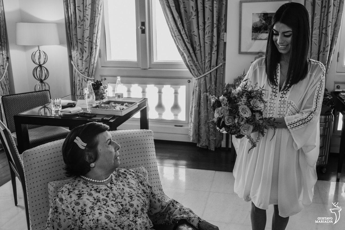 Noiva segurando o buquê sendo observada pela avó durante o making of no hotel copacabana palace
