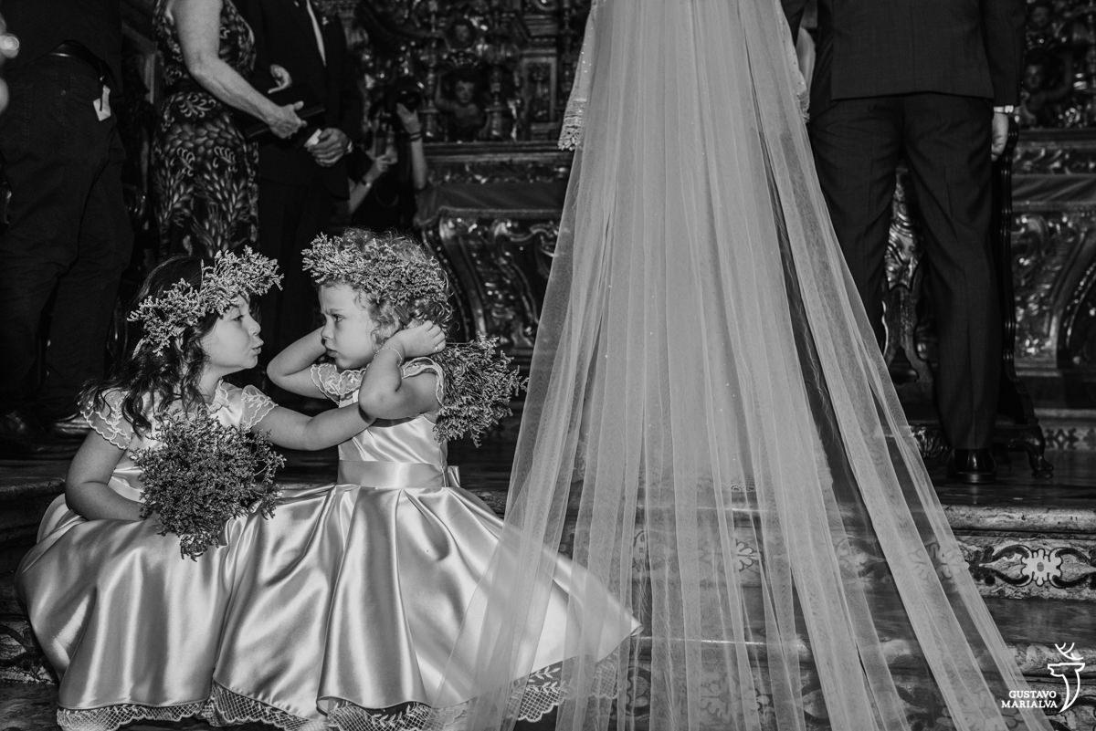 daminhas brincam de colocar a mão no ouvido durante a cerimônia de casamento