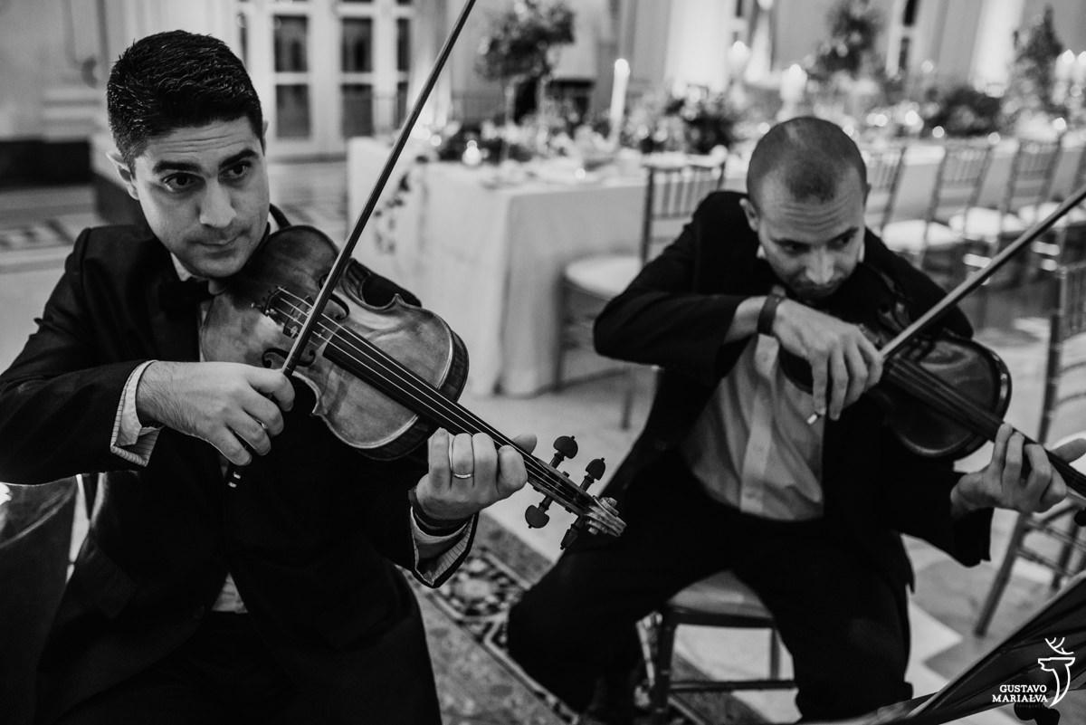 músicos tocam violino