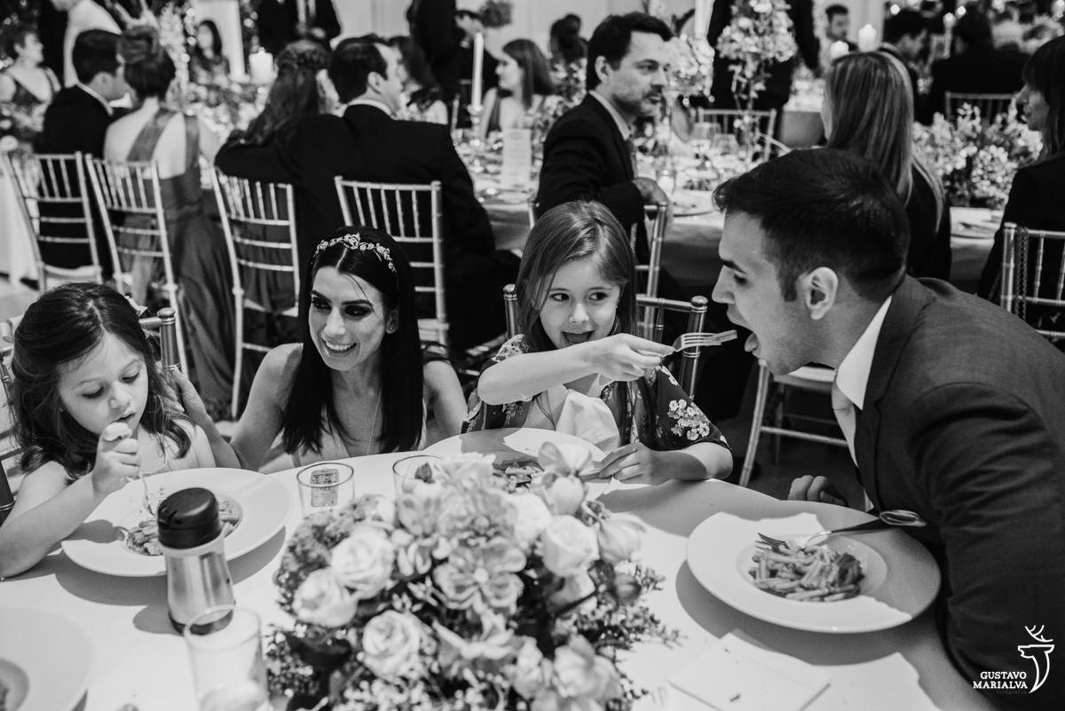menina da comida na boca do noivo e noiva brinca com daminha